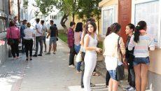 """235 de absolvenți de liceu din județul Dolj au fost așteptați ieri la centrul de examen creat la Colegiul Național """"Elena Cuza"""" din Craiova pentru a susține prima probă a examenului de bacalaureat (Foto: Lucian Anghel)"""