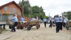 Polițiștii locali au tractat căruțele sechestrate ca să le lege una de alta, pentru a fi mai ușor de transportat