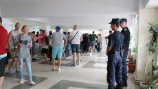 Funcționarii de la Pașapoarte spun că s-a putut face o organizare mai bună a rândurilor la ghișee cu ajutorul jandarmilor și a poliției (Foto: Lucian Anghel)