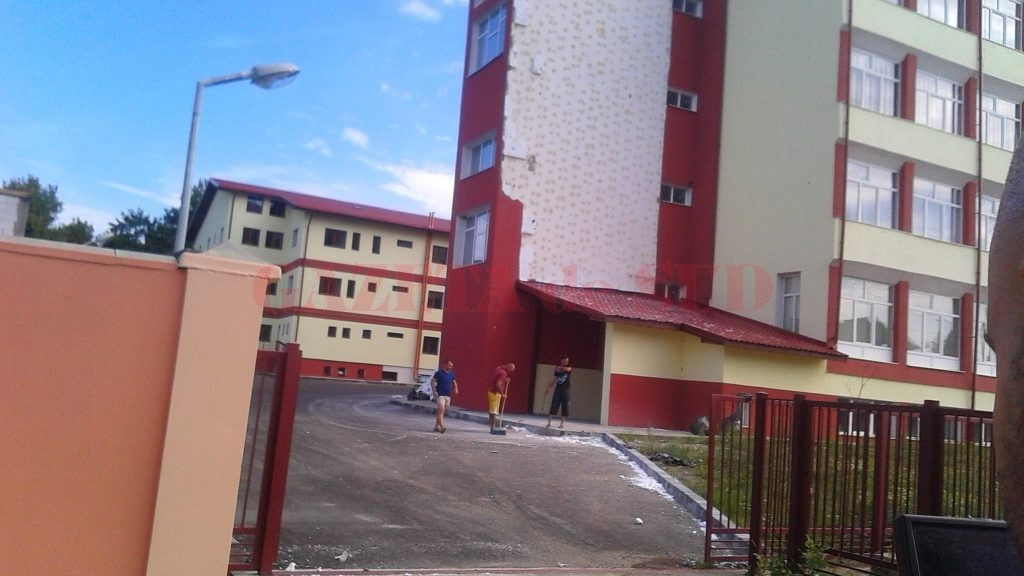 Materialele distruse au fost ridicate din faţa liceului