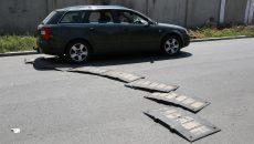 Craiovenii care locuiesc pe strada Drumul Jiului au adus un limitator de viteză (Foto: GdS)