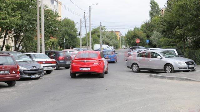 Pe strada Făgăraș nu pot trece două mașini una pe lângă alta, din cauza autoturismelor aflate în parcare (Foto: Claudiu Tudor)