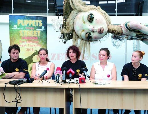 """Directoarea Teatrului """"Colibri"""" (centru) şi echipa sa vorbesc despre reprezentaţiile care vor fi susţinute în oraş în cadrul Festivalului Puppets Occupy Street (Foto: Lucian Anghel)"""