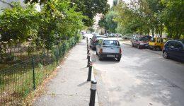 Trotuarul din fața blocului A20, din cartierul Lăpuș,  protejat cu stâlpi (FOTO: Claudiu Tudor)