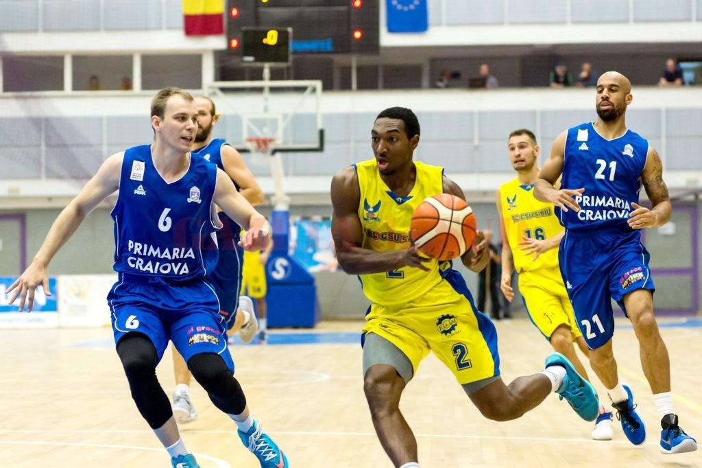 Florin Popa (nr. 6) şi colegii săi au pierdut primul meci din noul sezon, la Sibiu, iar azi speră la o victorie cu Baia Mare ()