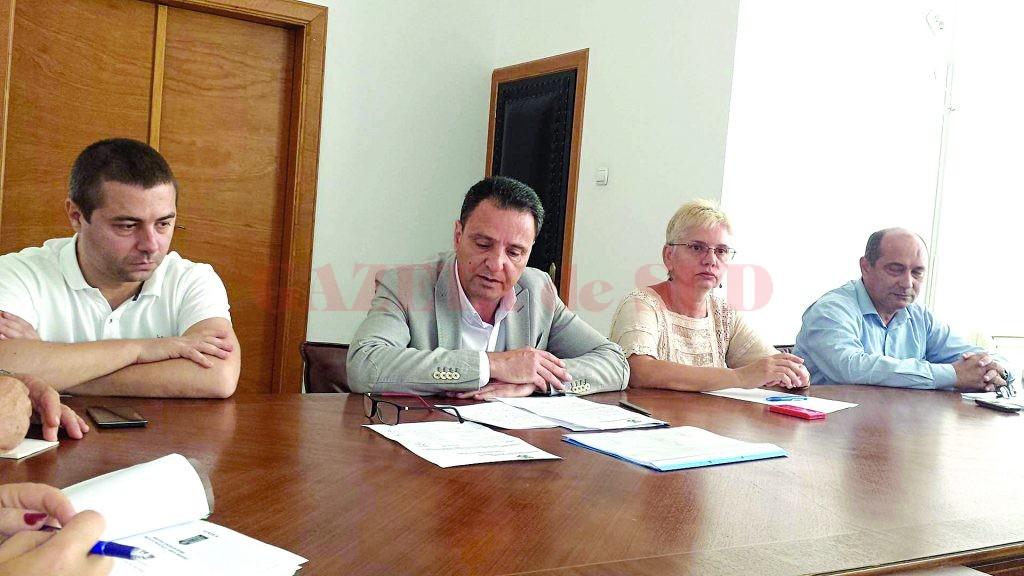 Prefectul Cristinel Pavel a dezbătut cu ceilalţi reprezentanţi problemele din infrastructura de învăţământ