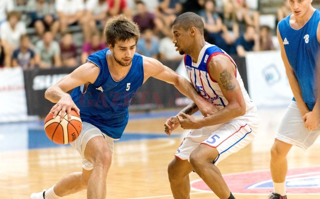 Sârbul Filip Sepa (la minge) a venit la Craiova din campionatul Macedoniei (Foto: Cătălin Soare – sportaction.ro)