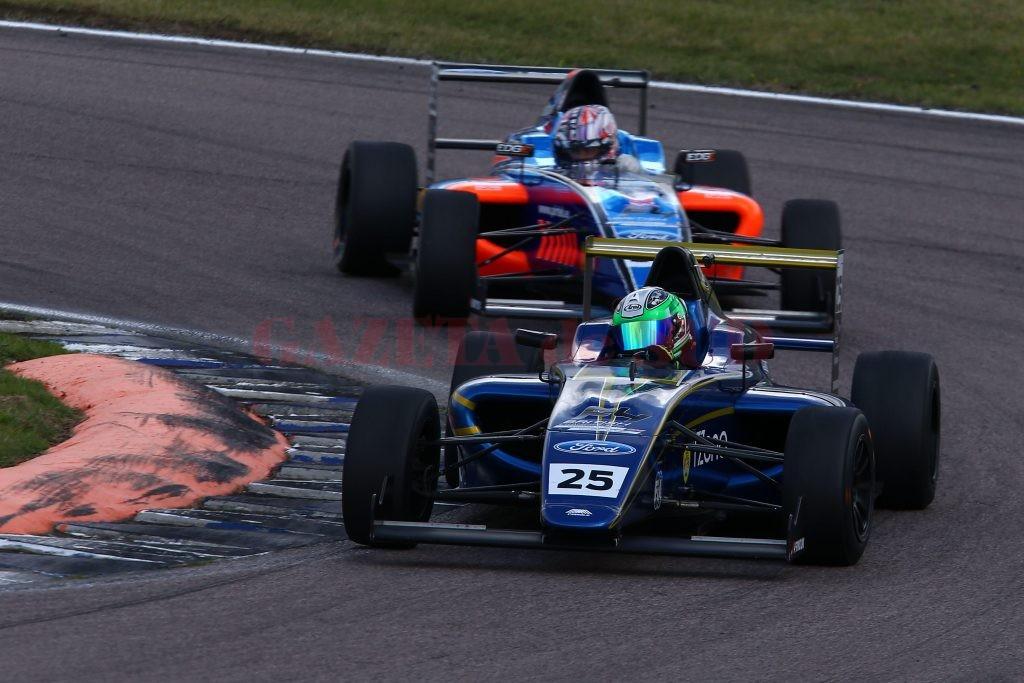 Alexandra Marinescu (în maşină albastră) progresează de la cursă la cursă