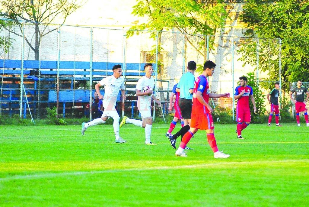 Claudiu Bălan (la minge) a încercat să repună rapid mingea în joc după golul marcat,  dar golul egalizator nu a mai venit (Foto: fcpodari.ro)