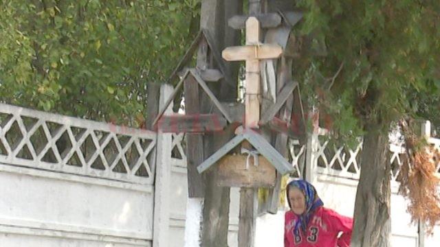 Crucile întâlnite la tot pasul în Cernăteşti amintesc de cei trecuţi în eternitate (Foto: Lucian Anghel)