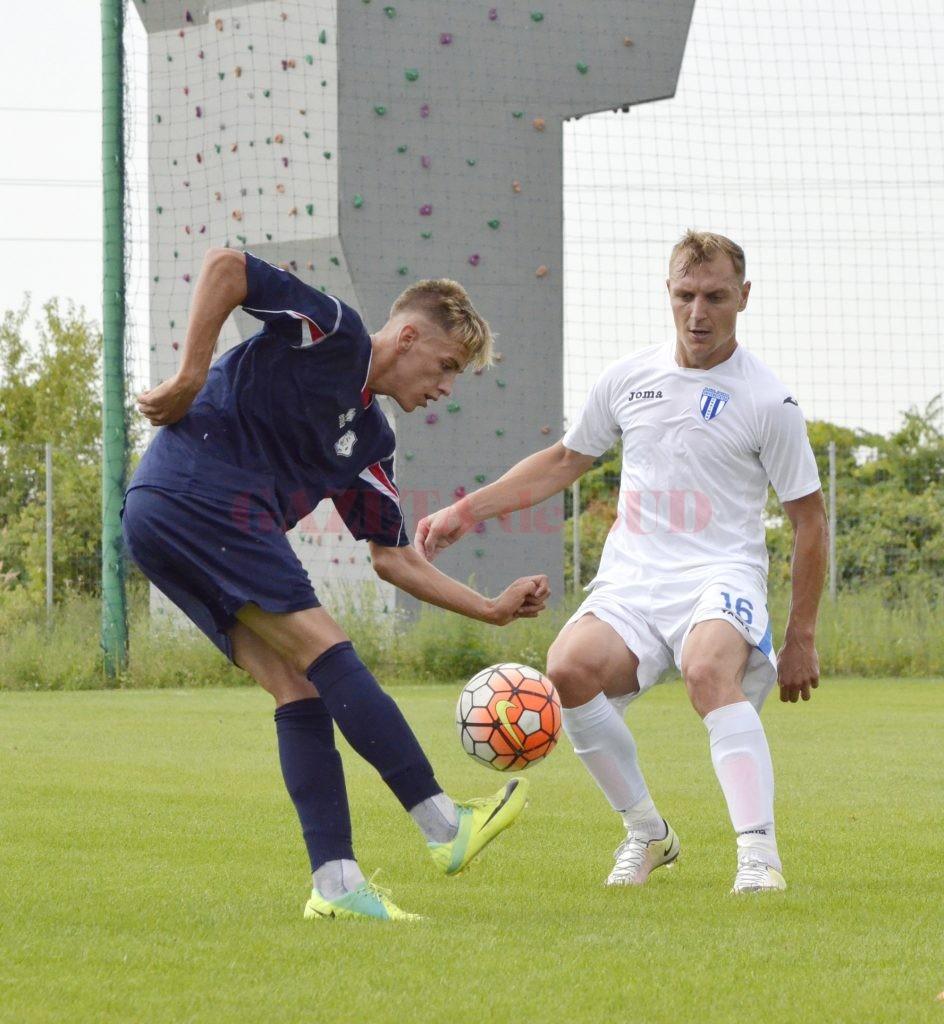 Ionuţ Cioinac (în alb) este cel mai experimentat jucător din lotul lui Corneliu Papură (Foto: Alexandru Vîrtosu)