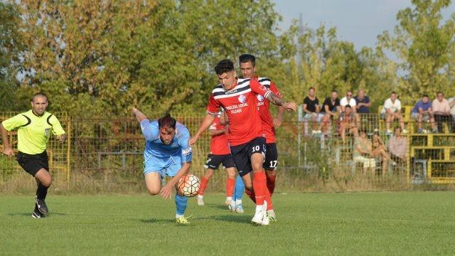 Robert Căle (la minge) a fost unul dintre cei mai buni jucători de pe teren în meciul cu Brânceni (Foto: Alexandru Vîrtosu)