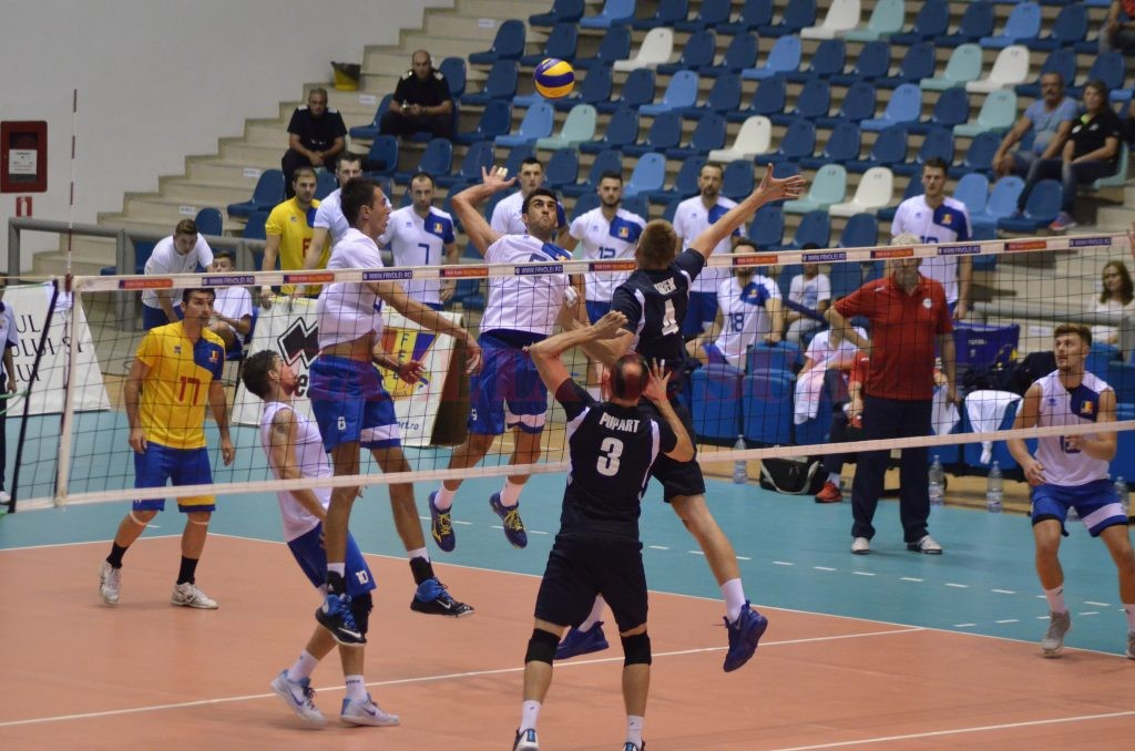 Naționala României (în alb și albastru) a obținut o singură victorie în turneul de la Craiova (foto: Alexandru Vîrtosu)