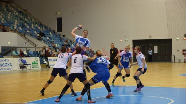 Jelena Trifunovic (la minge) şi colegele sale au dat câte goluri au putut echipei prahovene (foto: Daniela Mitroi-Ochea)