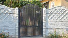 """Pe poarta curţii în care a fost ucis bărbatul este montată o plăcuţă cu inscripţia:  """"Atenţie, câine rău!"""" (Foto: Claudiu Tudor)"""