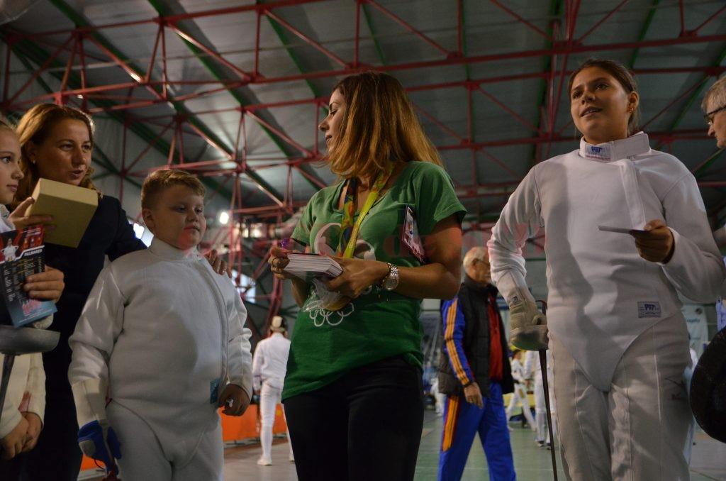 Loredana Dinu le-a oferit autografe şi sfaturi tinerilor spadasini craioveni (foto: Daniela Mitroi-Ochea)