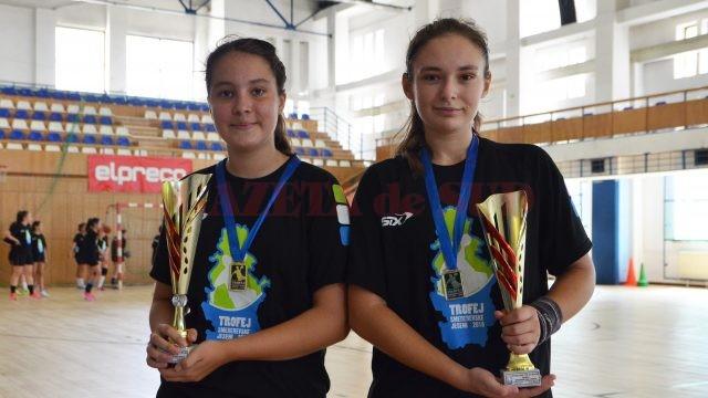 Ana Maria Ciungu (stânga) și Andreea Preda au fost desemnate cel mai bun portar, respectiv cel mai bun inter la categoriile lor de vârstă (foto: Bogdan Grosu)