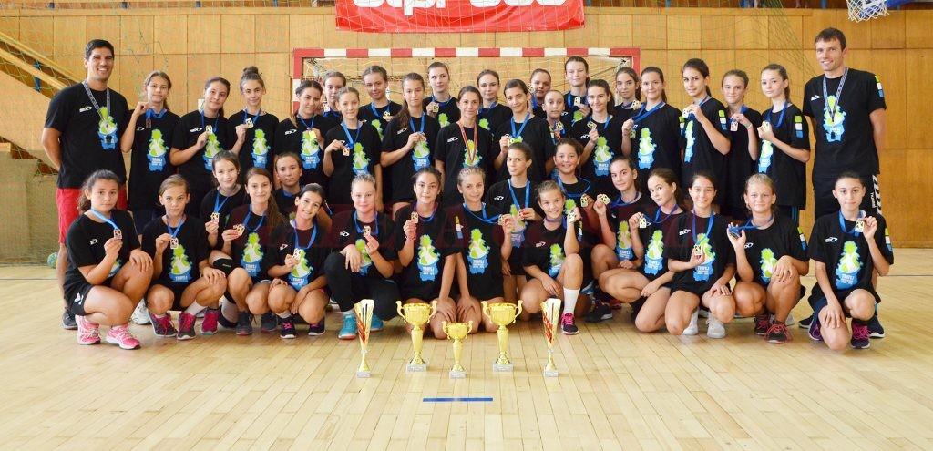 Jucătoarele de la HC Universitatea FEFS Craiova s-au întors acasă cu trei trofee pentru echipe şi două distincţii individuale (Foto: Bogdan Grosu)