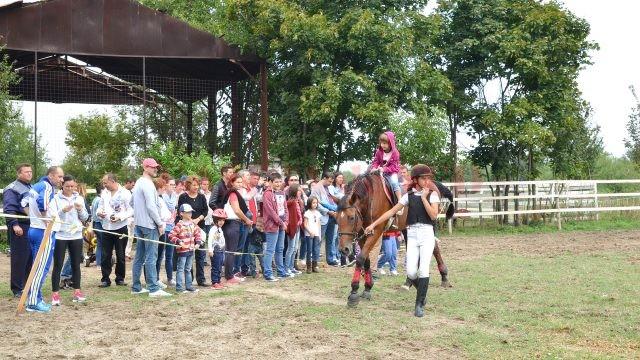 Anul trecut, copiii au fost încântaţi de plimbarea cu caii (Foto: Arhiva GdS)