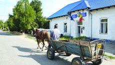 Singurul drum asfaltat din Oprişor este cel care traversează comuna (Foto: Bogdan Grosu)