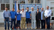 """De la stânga la dreapta: Cătălin Brândușoiu (director adjunct LPS """"Petrache Trișcu), Dumitru Barbu (coordonator al Centrului de Copii și Juniori de la CS Universitatea), Alex Băluță, antrenorul Dan Podeanu (campion olimpic la spadă cu echipa feminină), Andrei Ivan, Marcel Popescu (președinte CS Universitate), Geri Mitroi (director LPS """"Petrache Trișcu""""), Alin Vancea (inspector școlar de specialitate în cadrul IȘJ Dolj), Mircea Călin (director CSM Craiova) (foto: Bogdan Grosu)"""