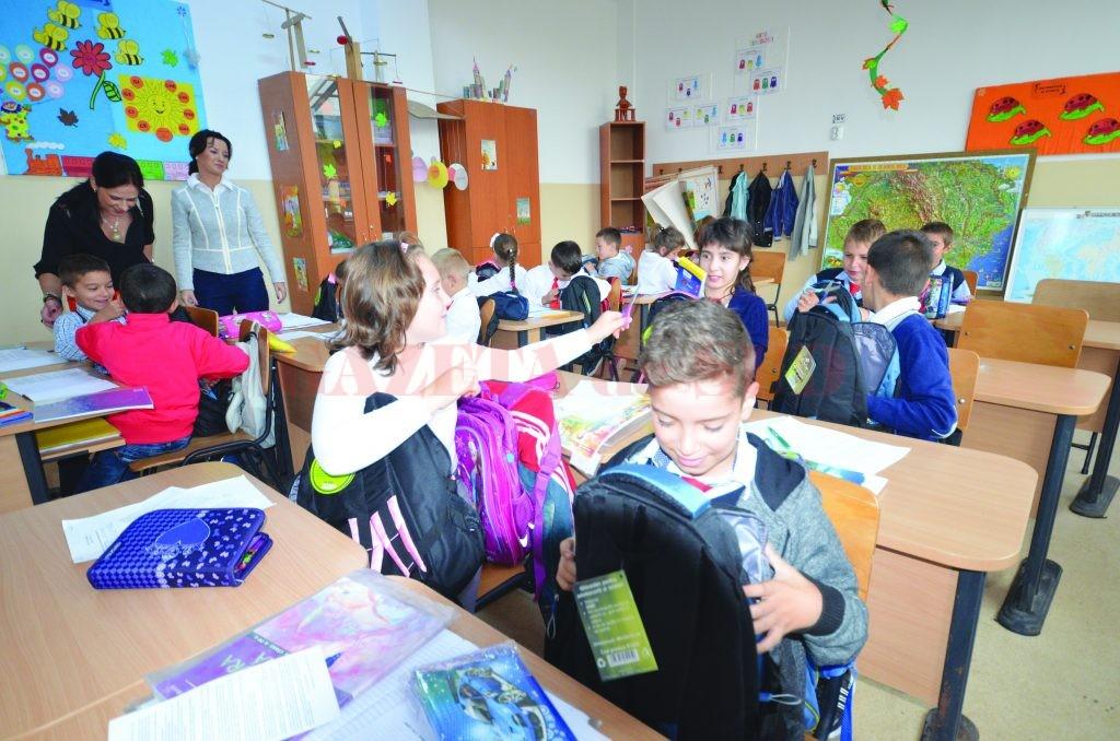 Copiii au fost încântaţi de darurile primite (Foto: Traian Mitrache)