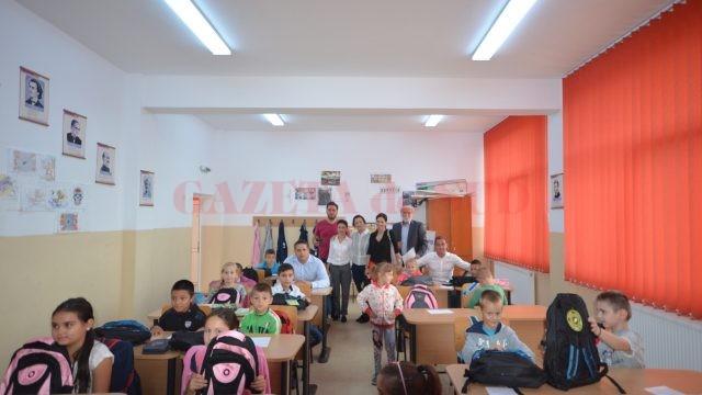 Fundaţia Gazeta de Sud şi firma Ruris le-au oferit copiilor ghiozdane pline cu rechizite (Foto: Traian Mitrache)