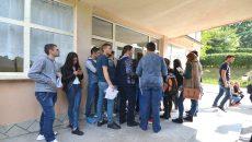 Studenții au stat la rând pentru cazare în căminele nerenovate (FOTO: GdS)