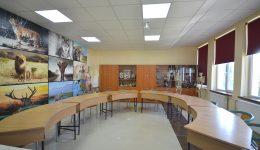 În laboratorul de biologie, băncile sunt aşezate în semicerc pentru ca elevii şi profesorul să aibă contact vizual permanent