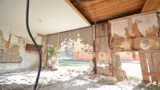 Zidul din spate al chioşcului stă să cadă, iar cablurile de electricitate atârnă până la pământ (Foto: Traian Mitrache)