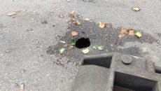 """Groapa de pe strada Iancu Jianu va fi """"investigată"""" de CAO după ce se vor opri ploile (Foto: Marian Apipie)"""