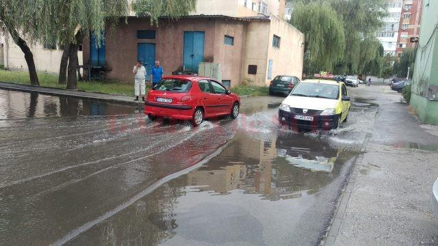 Maşinile au circulat greu prin parcarea inundată