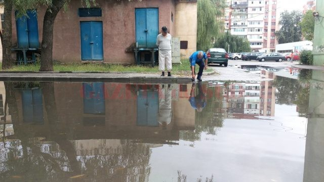 Locatarii au desfundat gura de canal care nu permitea scurgerea apei