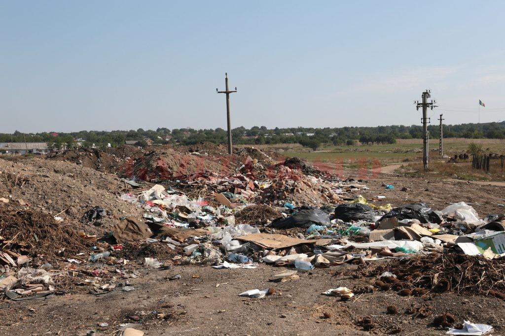 Gropile de gunoi neconforme din Dolj au fost închise, iar locuitorii aruncă resturile menajere pe unde apucă
