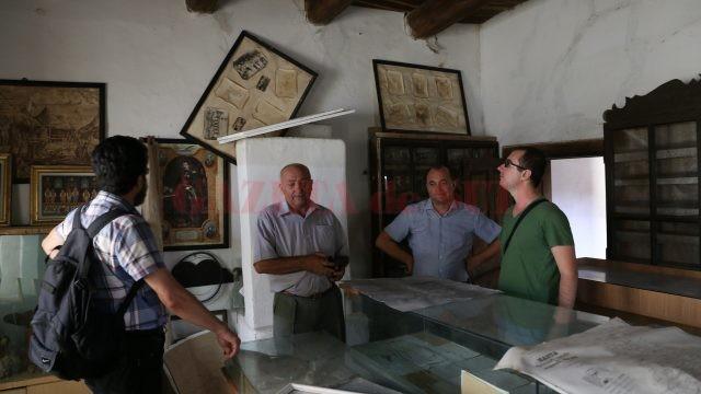 Specialişti de la Muzeul Olteniei caută soluţii pentru a introduce Cula Cernătescu în circuit turistic (Foto: Lucian Anghel)