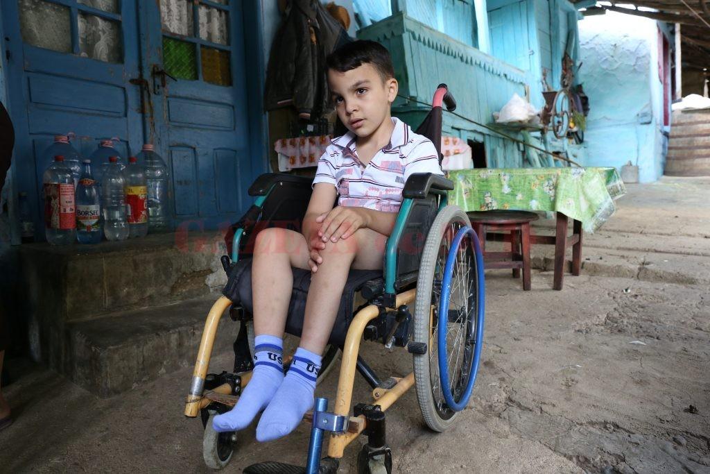 Dragoş are opt ani, vrea să înveţe şi visează să meargă  (Foto: Lucian Anghel)
