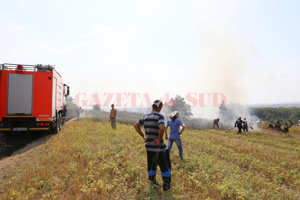 Oamenii au ajutat la stingerea incendiului de teamă că acesta le-ar putea afecta locuinţele