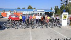 Opt angajați de la Ford au primit câte o bicicletă de la banca unde își au conturile de salarii (Foto: Claudiu Tudor)