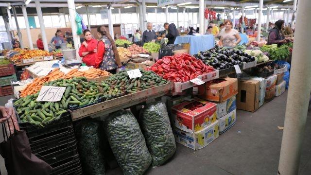 Castraveţii, ardeii şi vinetele, printre cele mai căutate legume în această perioadă (Foto: Claudiu Tudor)