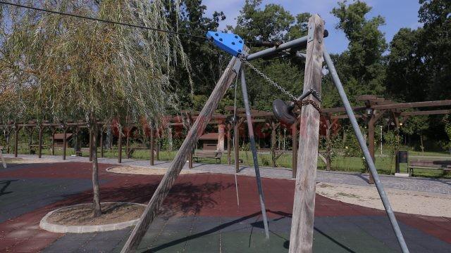 Mobilierul de la locul de joacă a început să se deterioreze