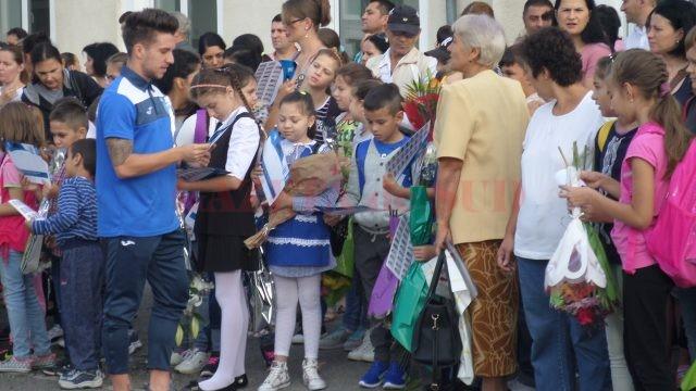 Alex Băluță acordă autografe elevilor