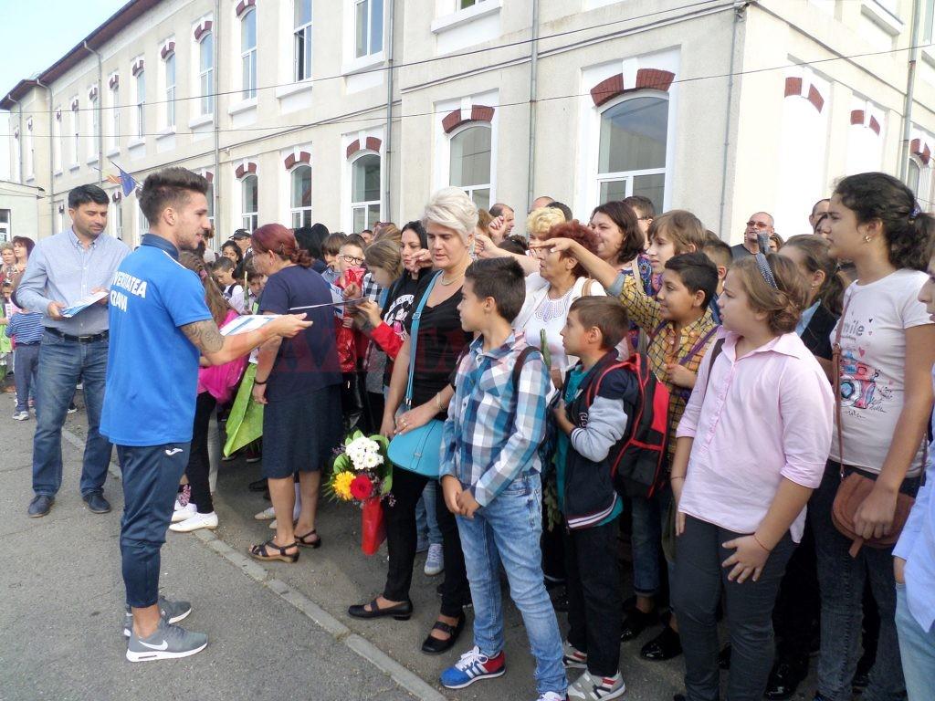 Alex Băluţă le-a împărţit elevilor orare şcolare, dar şi autografe (Foto: Bogdan Grosu)