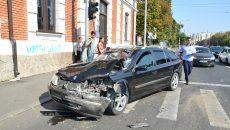 Trei pasageri din autoturismul Renault, dintre care doi copii, au fost răniți ușor în urma accidentului