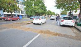 Pe bulevardul Nicolae Romanescu a fost spart asfaltul turnat de curând, pentru a se face o gură de scurgere a apei (Foto: Traian Mitrache)