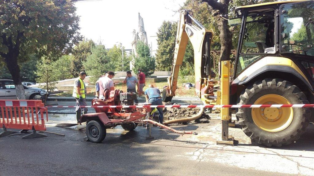 Angajații CAO, reparând conducta de apă care a crăpat pe strada Matei Basarab ()