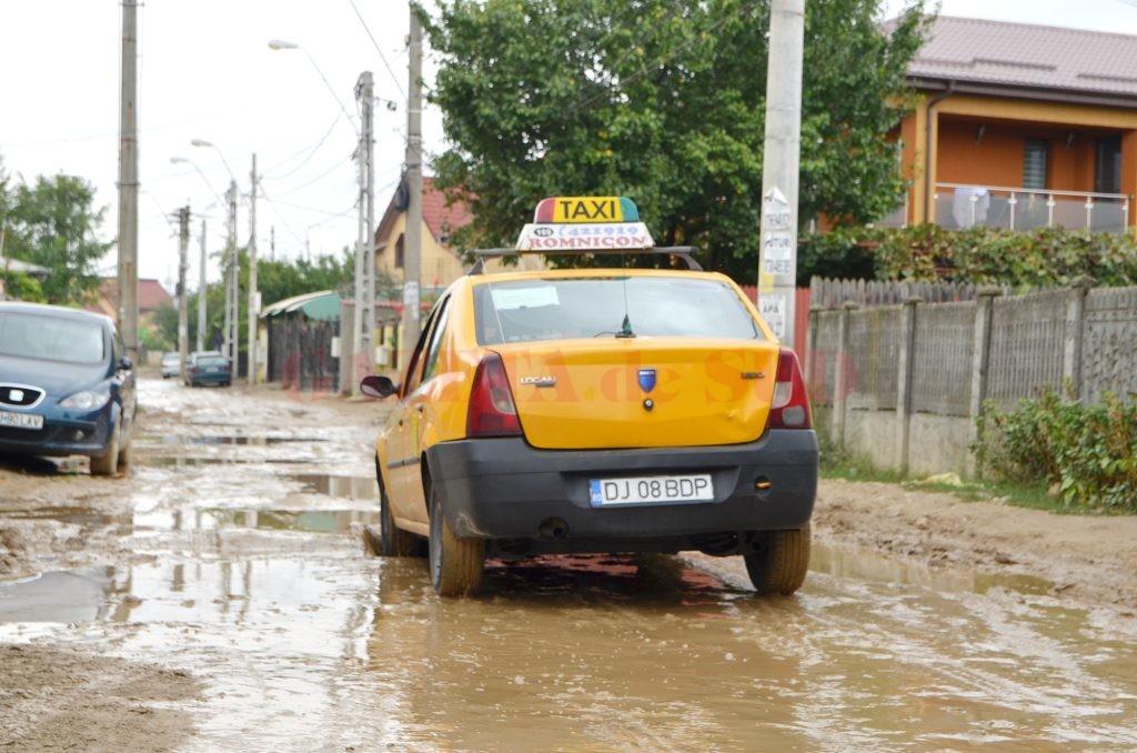 Strada Parângului, plină de bălți și nămol, așteaptă constructorii să încheie lucrările (Foto: Bogdan Grosu)