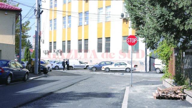 Utilajele Delta au dispărut înainte de a termina asfaltarea străzii Bujorului