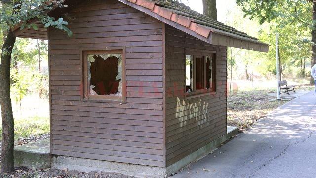 Cabană din parc lăsată în paragină și transformată în depozit de gunoi