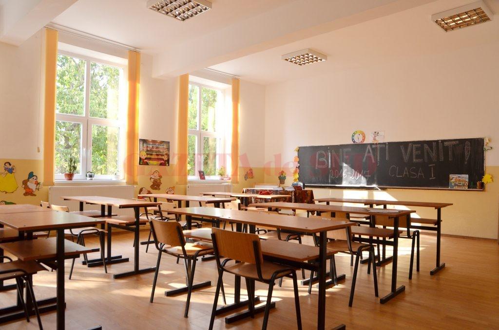 Aşa îşi întâmpină elevii Şcoala din Ghindeni (Foto: Bogdan Grosu)