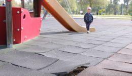 La locul de joacă din Parcul Tineretului, tartanul a început să se ridice, din cauza rădăcinilor copacilor de aici (Foto: Lucian Anghel)